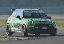 Mini JCW Challenge 2018 movimento auto verde curva con ruota sollevata