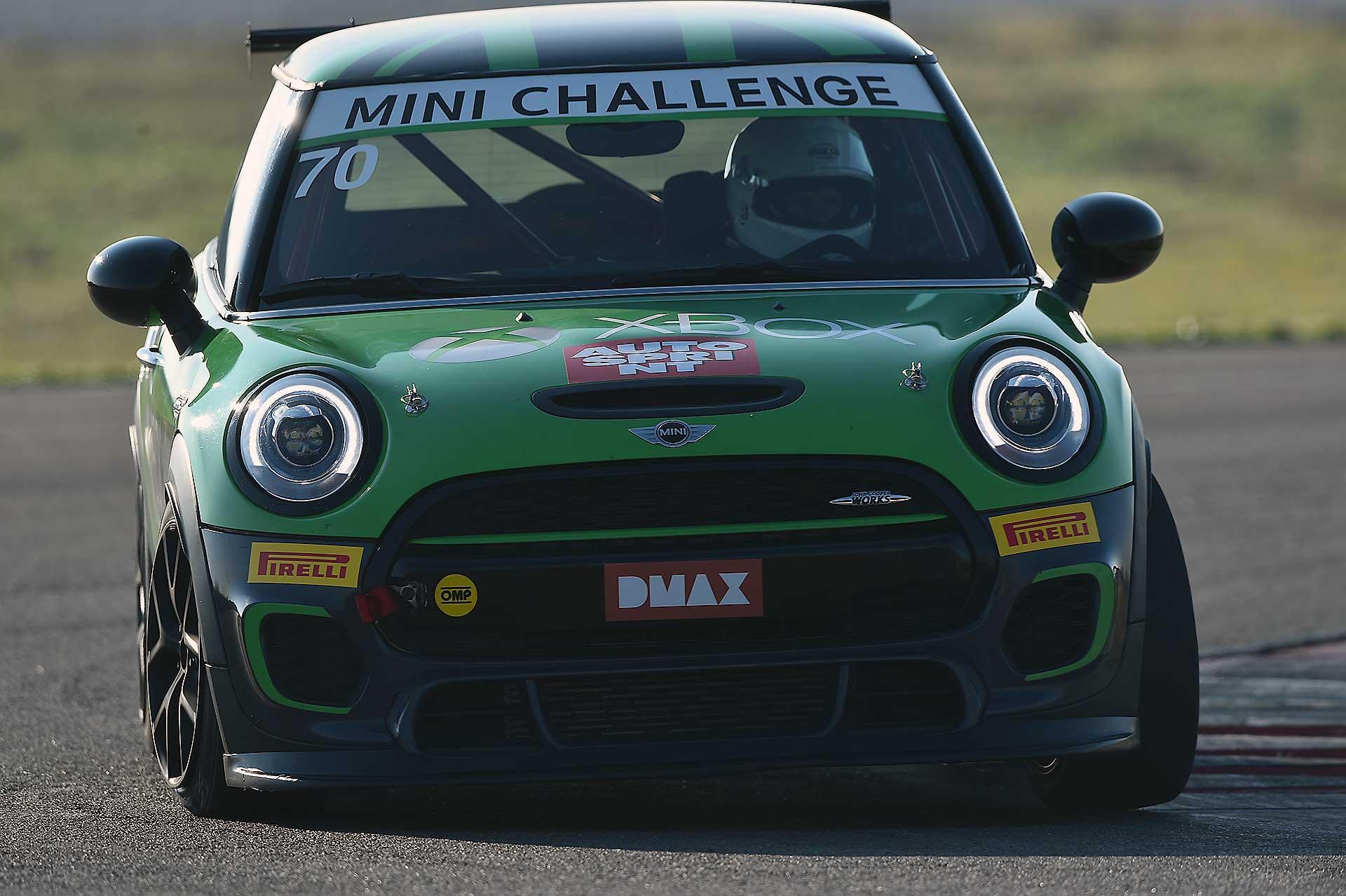 Mini JCW Challenge 2018 movimento auto verde curva