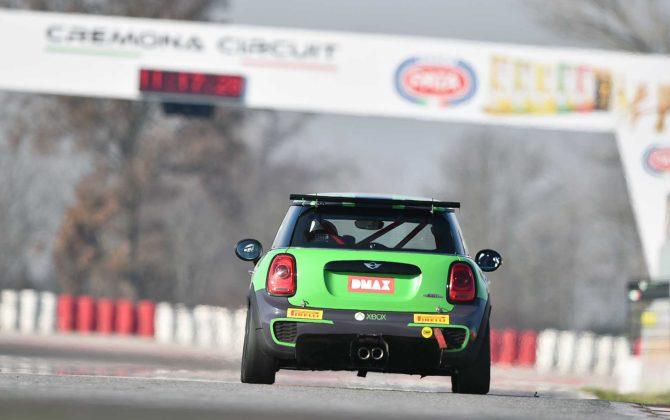 Mini JCW Challenge 2018 movimento posteriore auto verde