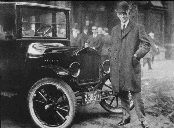 Henry Ford sta accanto alla sua Ford Model T