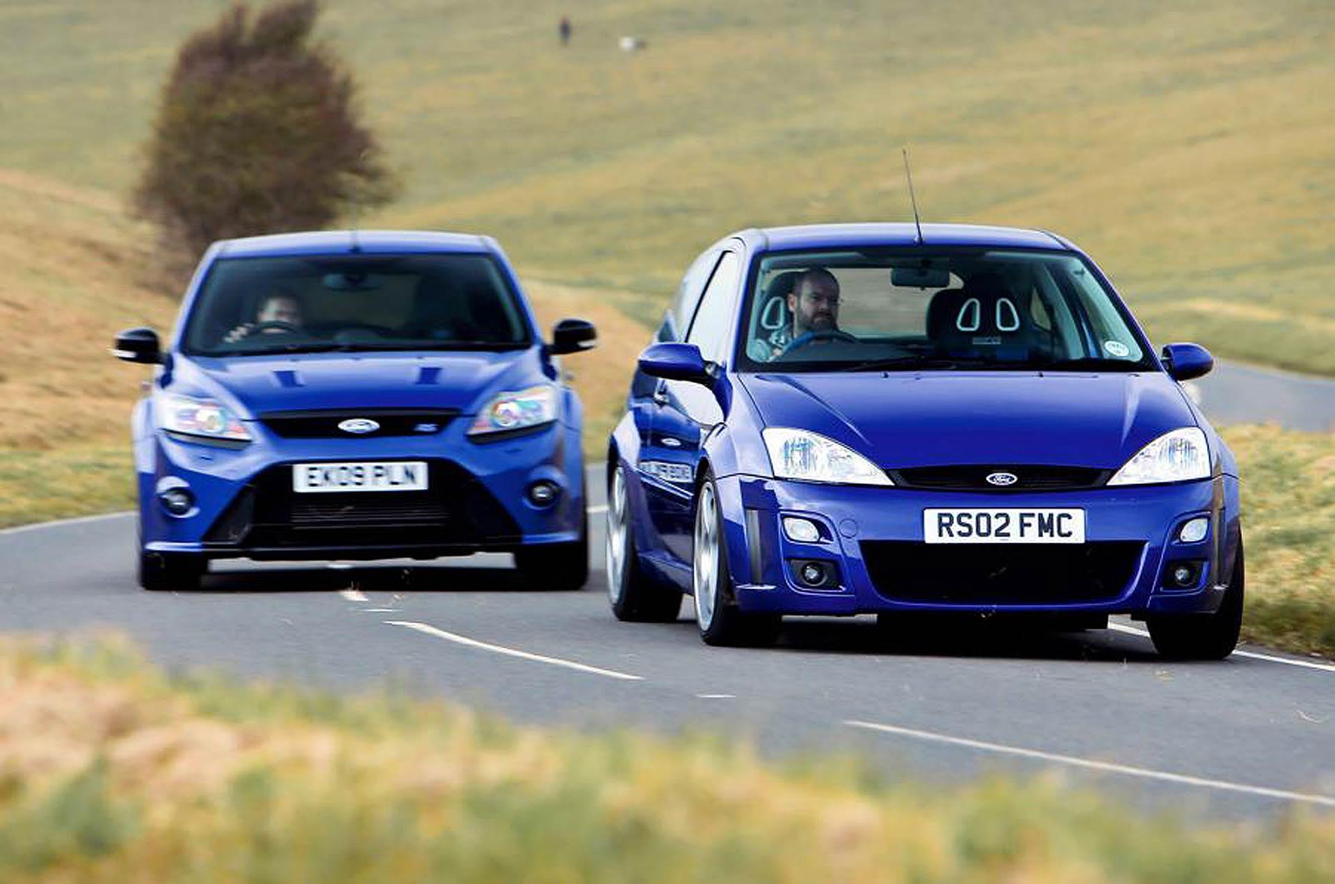 Ford Focus RS MKI e MKII blue su una strada a curve
