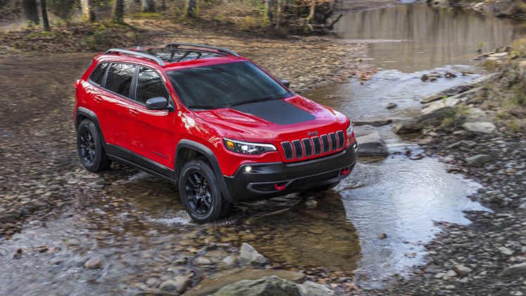 Jeep Cherokee Trailhawk fiume rocce