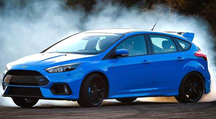 Ford Focus RS azzurra di traverso a ruote fumanti
