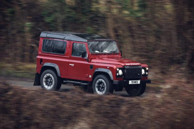 Land Rover Defender V8 rossa curva movimento