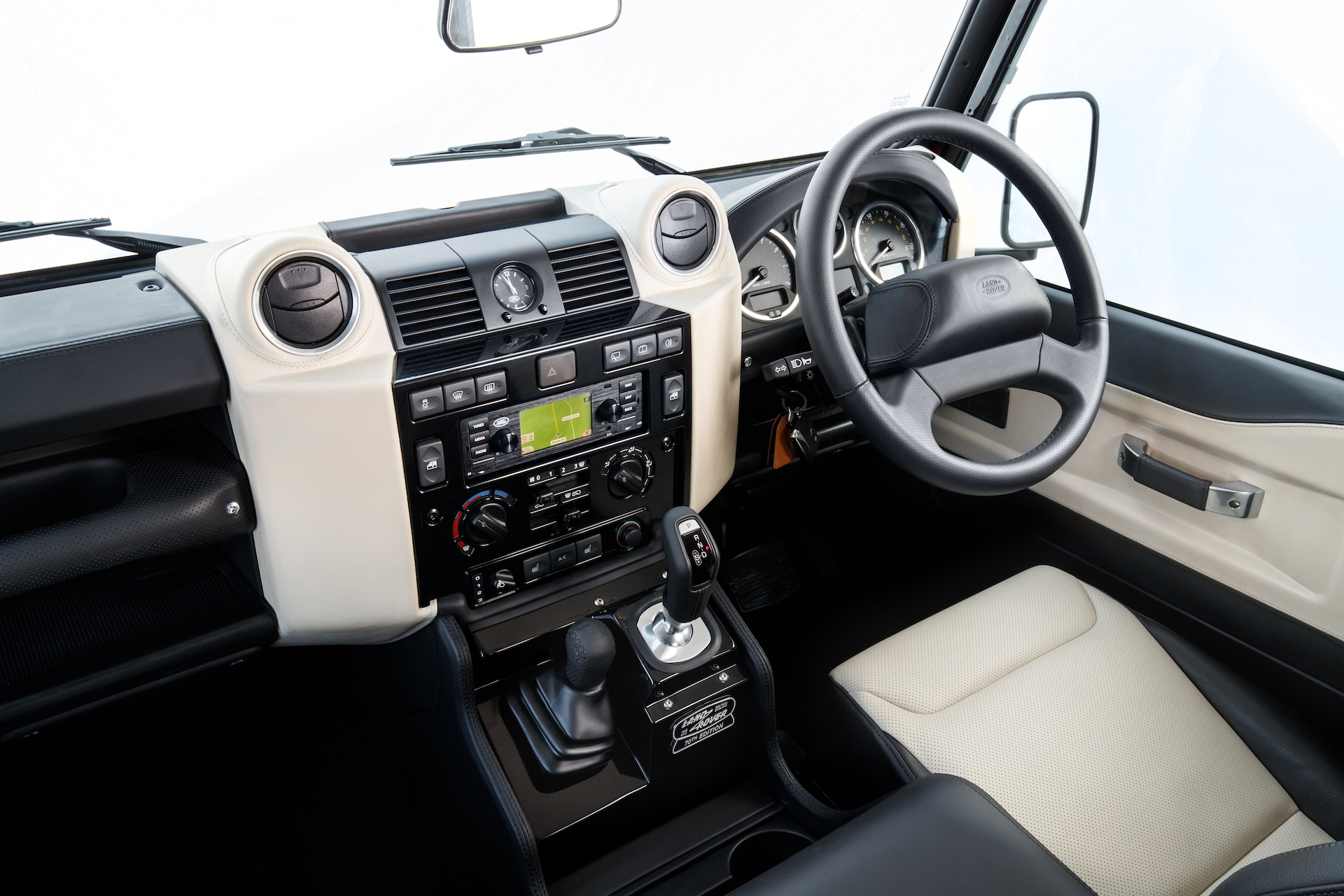 Land Rover Defender V8 interni pelle chiara