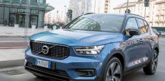 Volvo XC40 blu e nera movimento