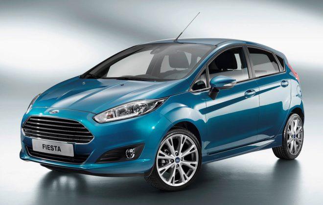 Ford Fiesta MKVII azzurro con luce vista tre quarti anteriore