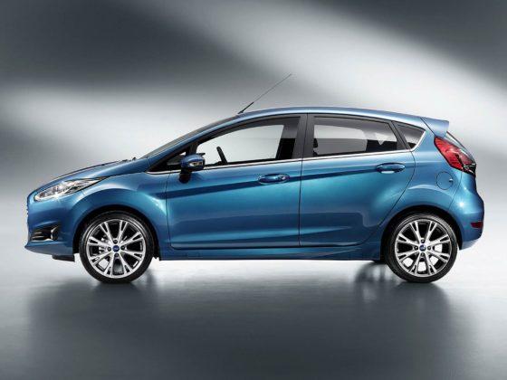 Ford Fiesta MKVII azzurro con luce vista laterale