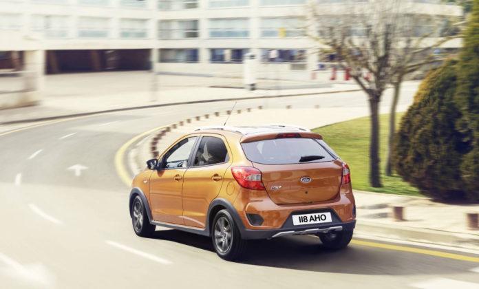 ford ka+ restyling active arancione curva posteriore città