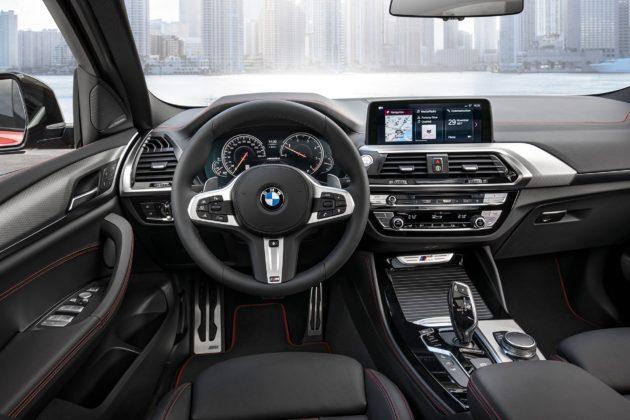 Nuova BMW X4 dettaglio volante cruscotto e schermo centrale