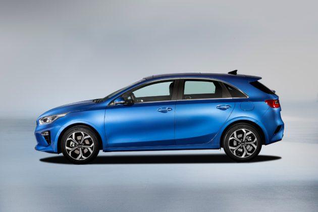 Nuova Kia Ceed blu laterale statica in studio