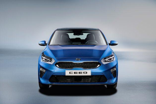 Nuova Kia Ceed frontale blu statica in studio