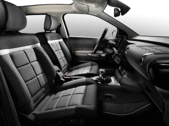 Citroen C4 Cactus 2018 dettaglio sedili anteriori cruscotto volante e schermo centrale