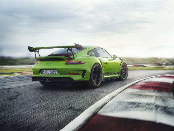 Porsche 911 GT3 RS 2018 3/4 laterale posteriore destra in movimento in pista su strada in curva