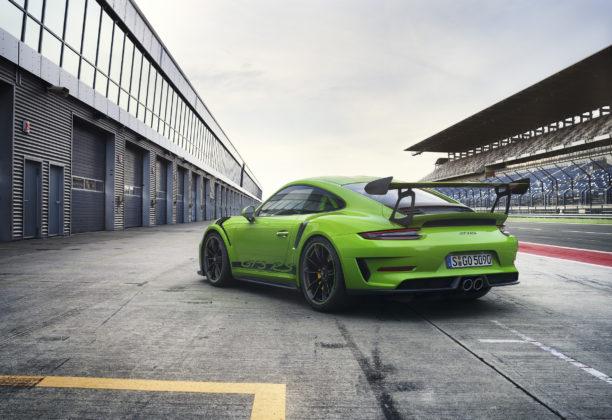 Porsche 911 GT3 RS 2018 verde e nera 3/4 laterale posteriore sinistra statica ai box