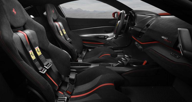 Ferrari 488 pista dettaglio sedili anteriori volante e cruscotto