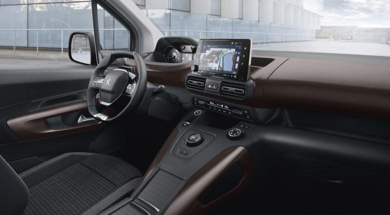 Peugeot Rifter dettaglio cruscotto volante e schermo centrale