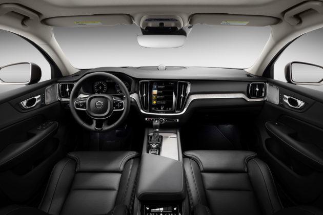 Nuova Volvo V60 dettaglio volante cruscotto e schermo centrale