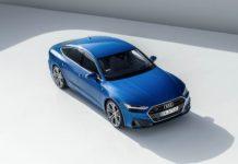 Audi A7 MHEV blu elettrico su base bianca