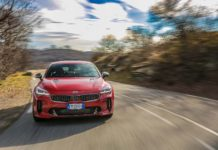 Kia Stinger frontale in movimento su strada