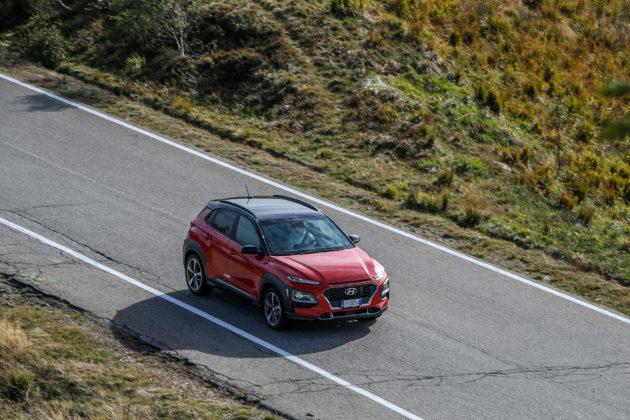 Hyundai Kona 2018 3/4 laterale anteriore destra dall'alto rossa in movimento su strada