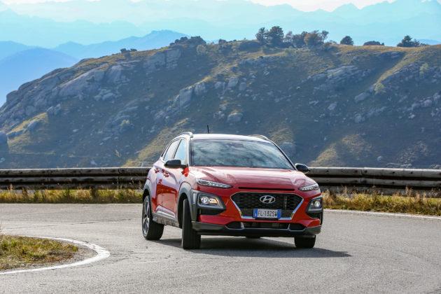 Hyundai Kona 2018 frontale rossa in movimento su strada in curva