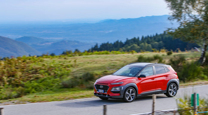 Hyundai Kona 2018 laterale rossa in strada in movimento