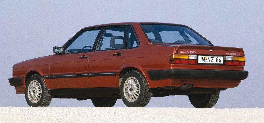 Audi 80 Quattro rossa sulla ghiaia
