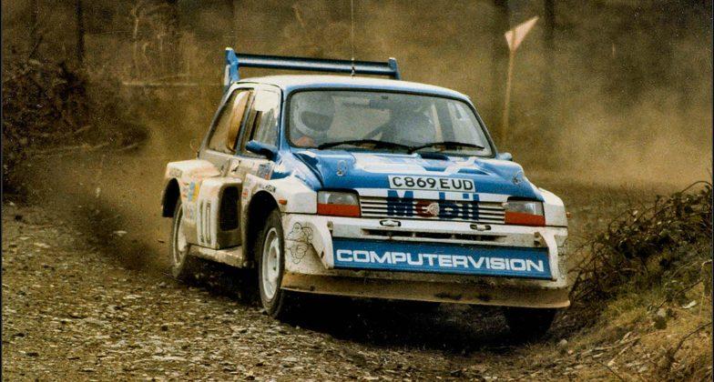 MG Metro 6R4 Rally Car bianca e blu nello sterrato veloce