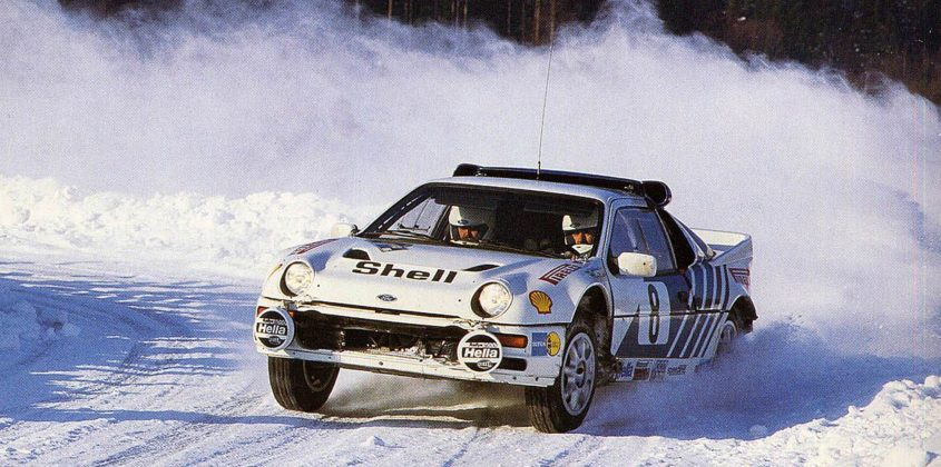 Ford RS200 Rally Car bianca in velocità sulla neve