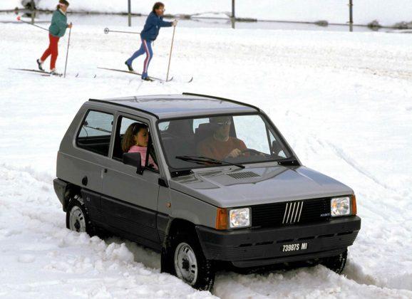 Fiat Panda 4X4 grigia nella neve sulle piste da sci