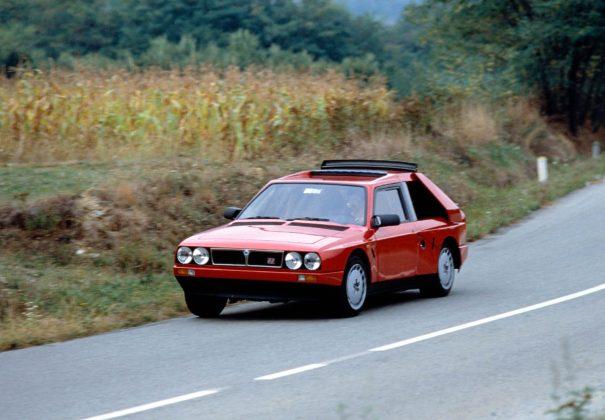 Lancia Delta S4 rossa in curva in campagna