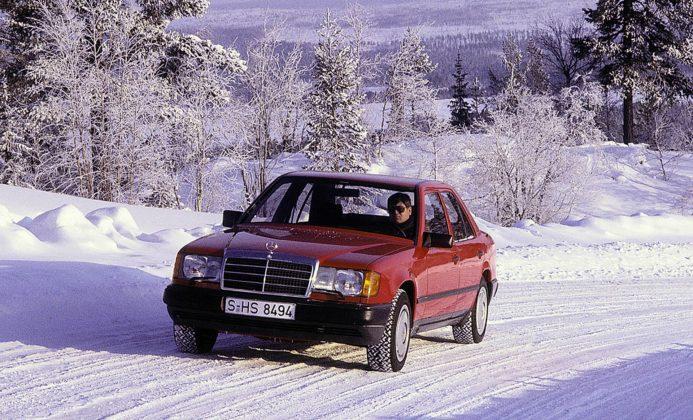 Mercedes W124 4Matic rossasulla neve nella foresta