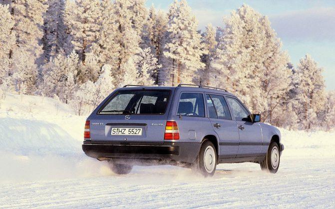 Mercedes W124 4Matic sulla neve nella foresta