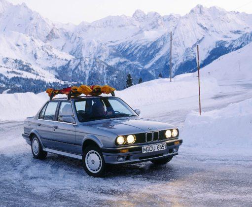 BMW 325 IX grigia su strada ghiacciata con sci sul tetto