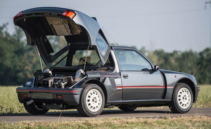 Peugeot 205 Turbo 16 grigia e rossa con cofano motore aperto