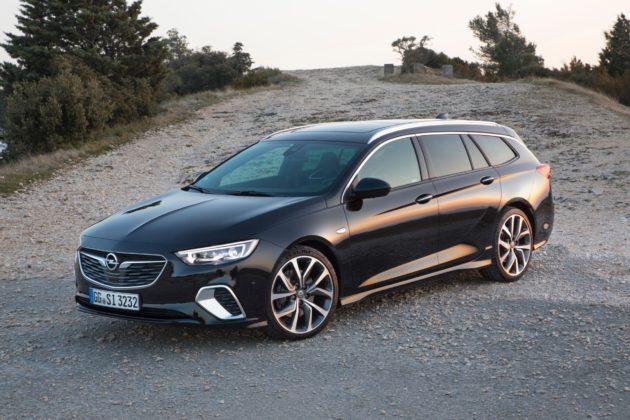 Opel Insignia GSi nera 3/4 laterale anteriore sinistra statica su sterrato