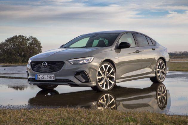 Opel Insignia GSi 3/4 laterale anteriore sinistra statica su strada bagnata