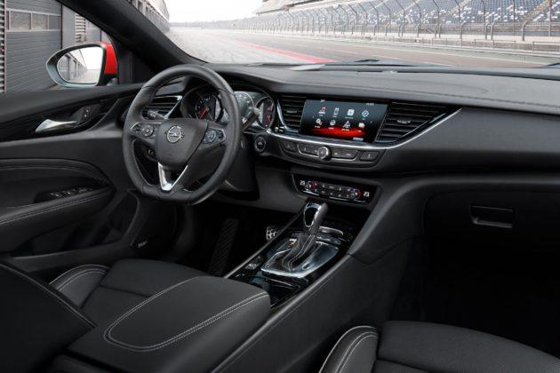 Opel Insignia GSi dettaglio cruscotto schermo centrale e volante