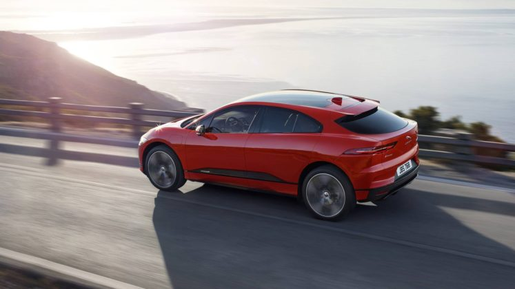 Jaguar i Pace laterale rossa in movimento su strada