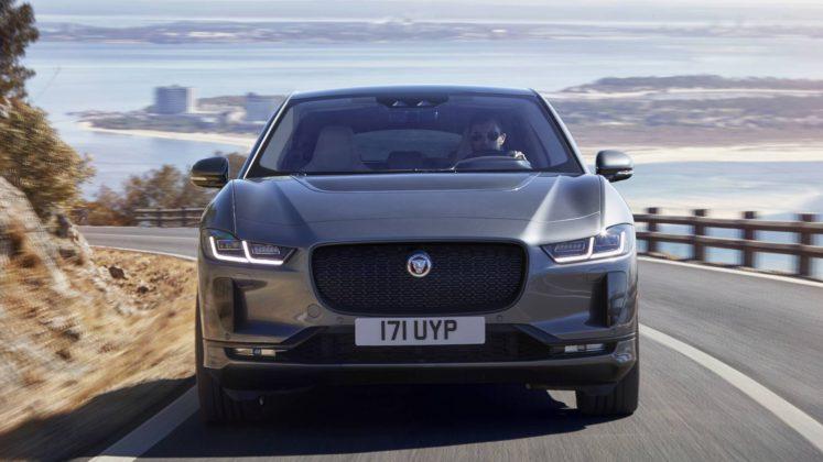 Jaguar i Pace frontale in movimento su strada