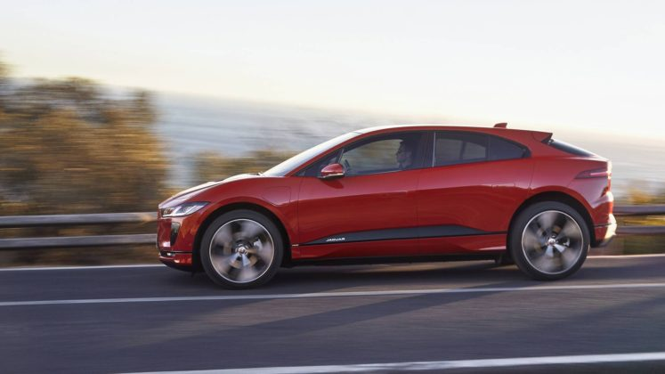 jaguar i pace laterale rossa mare