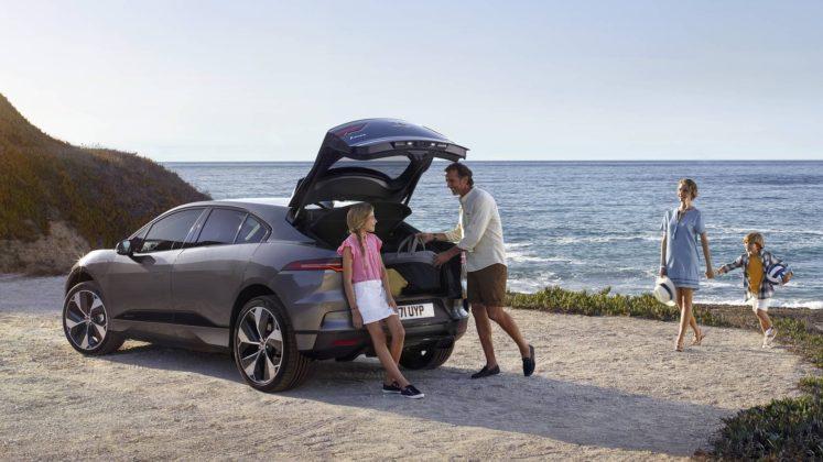 Jaguar i Pace con famiglia al mare