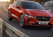 Jaguar i Pace rossa 3/4 laterale anteriore destra in movimento su strada