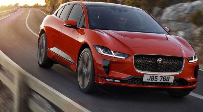 Jaguar i Pace rossa 3/4 laterale anteriore destra in movimento su strada