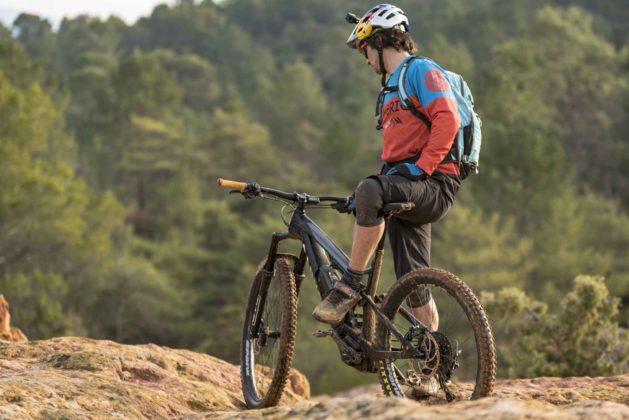 Canyon Spectral on 2018 3/4 laterale posteriore sinistra statica su sterrato con ciclista in montagna