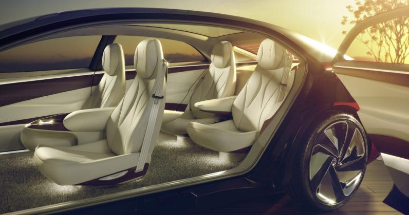 Volkswagen ID Vizzion laterale con portiere aperte e dettagli sui sedili