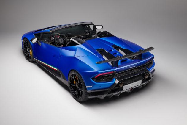 Lamborghini Huracan Performante Spyder 3/4 laterale posteriore sinistra statica in studio blu