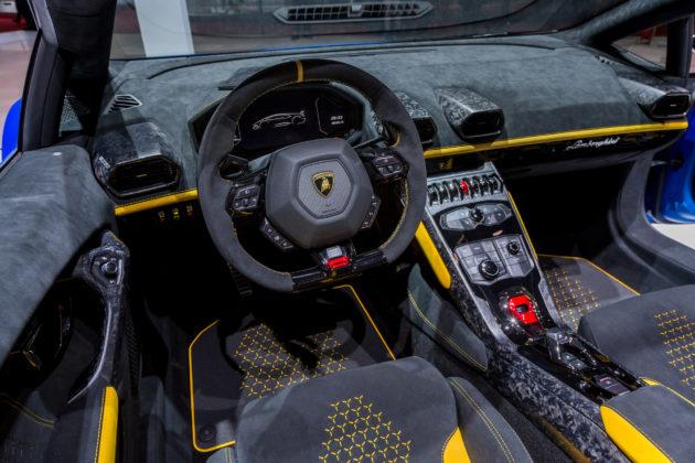 Lamborghini Huracan Performante Spyder dettaglio volante e cruscotto