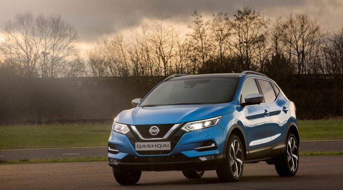 Nissan Qashqai azzurra 2018 con sistema ProPilot con sfondo alberato